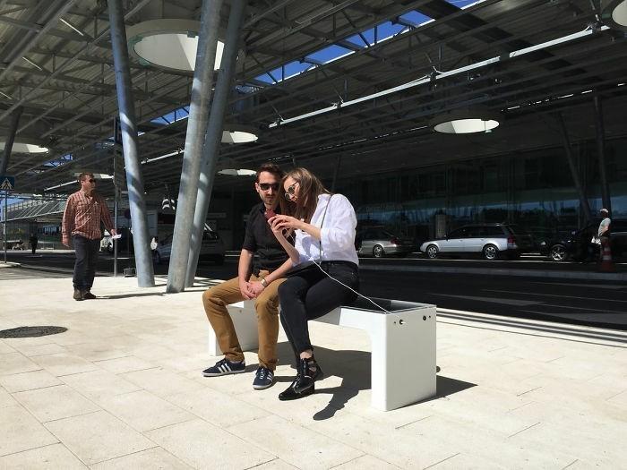 sitzbank batterieladegeraet internet solarbank moderne stadtbank