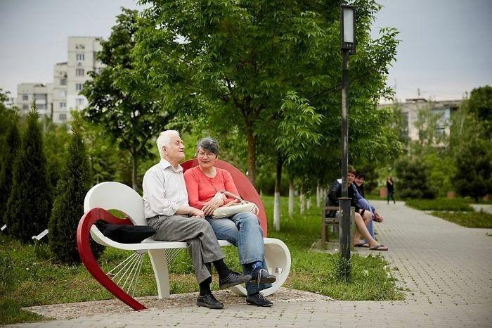 sitzbank design stadtbank herz chisinau moldawien