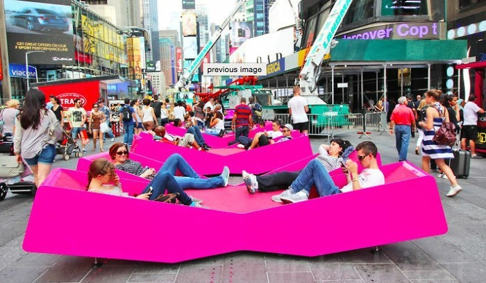 sitzbank geformte liege lila times square new york