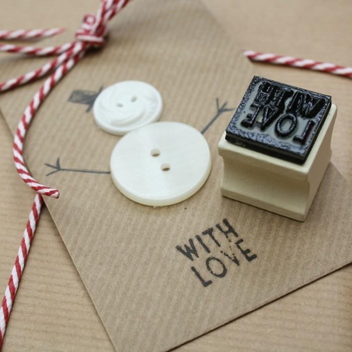 weihnachtskarten basteln diy geschenkpapier knoepfe schneemann
