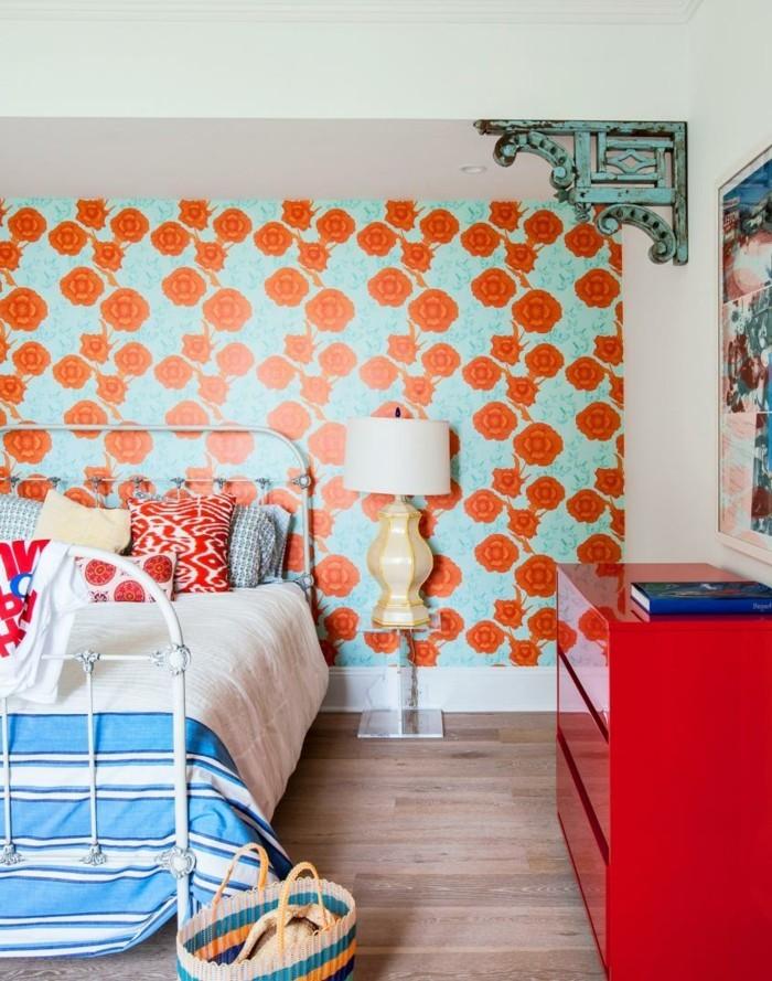 wohnideen schlafzimmer blumenmuster tapete farbige moebel