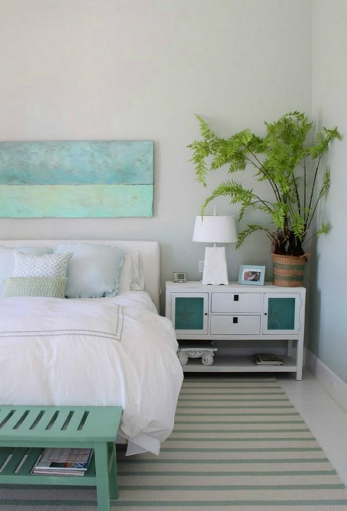 wohnideen schlafzimmer gruene akzente streifenteppich weisse bettwaesche