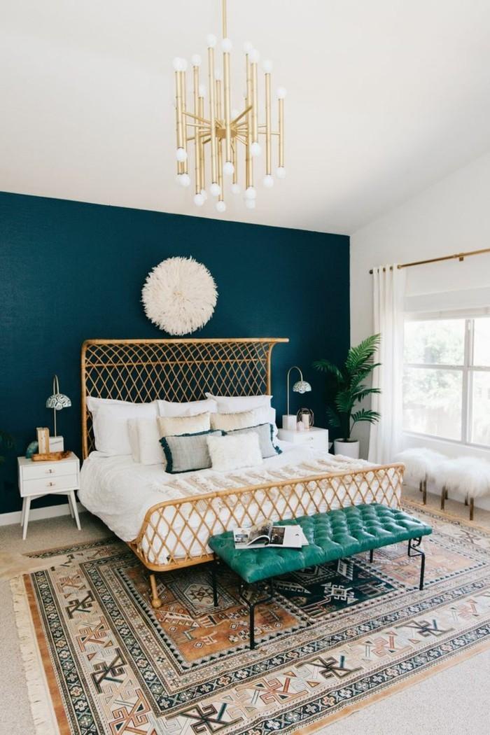 wohnideen schlafzimmer gruene wand schlafzimmerbank teppich