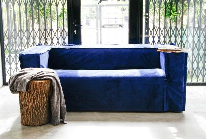 wohnideen wohnzimmer blauer sofabezug beistelltisch gemuetlich