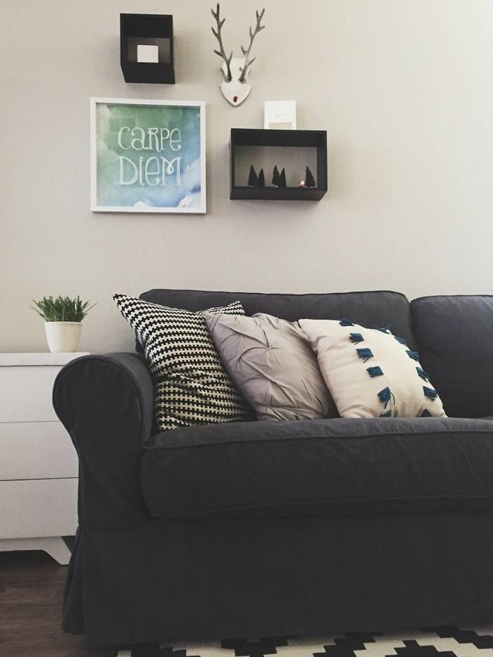 wohnideen wohnzimmer dunkkler sofabezug textilien muster schwarz weiss
