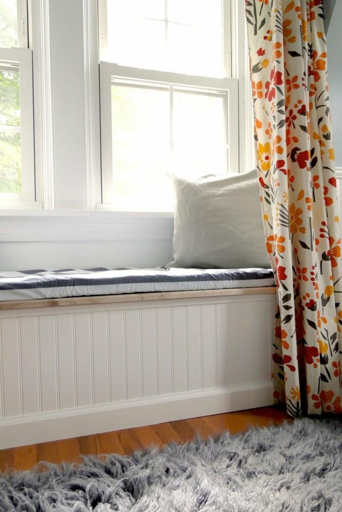 wohnideen wohnzimmer sitzbank gemuetlich grauer teppich farbige gardinen
