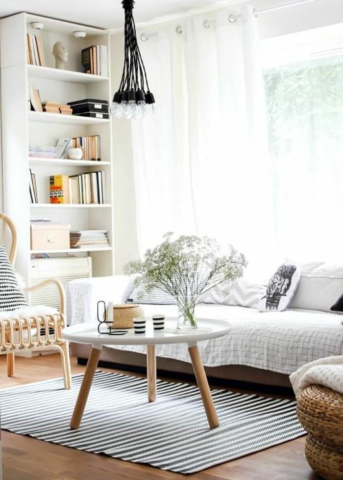 wohnideen wohnzimmer sofabezug streifenteppich coole lampe