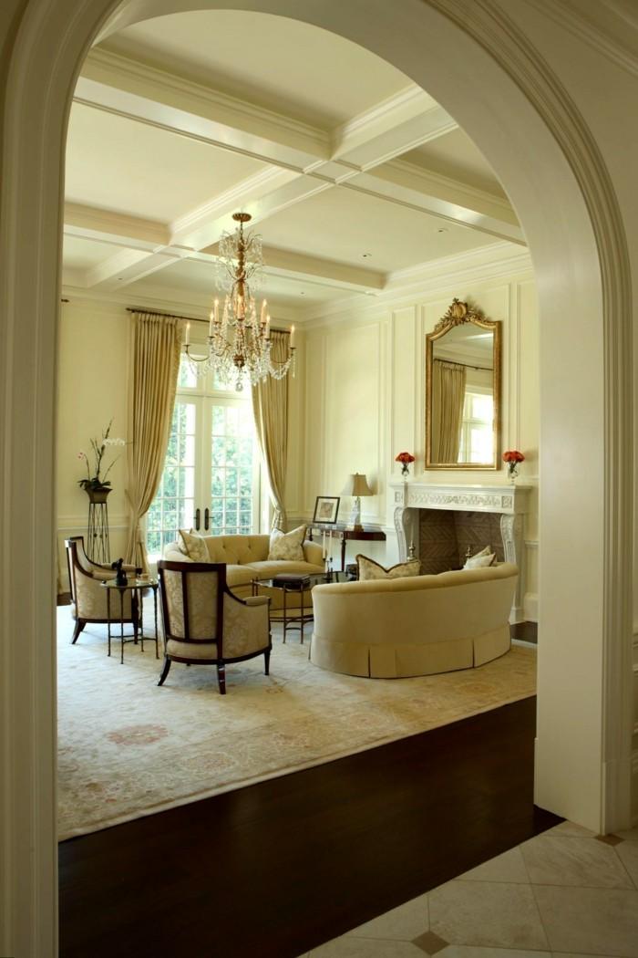 wohnung einrichten wohnzimmer traditionell leuchter lange gardinen teppich
