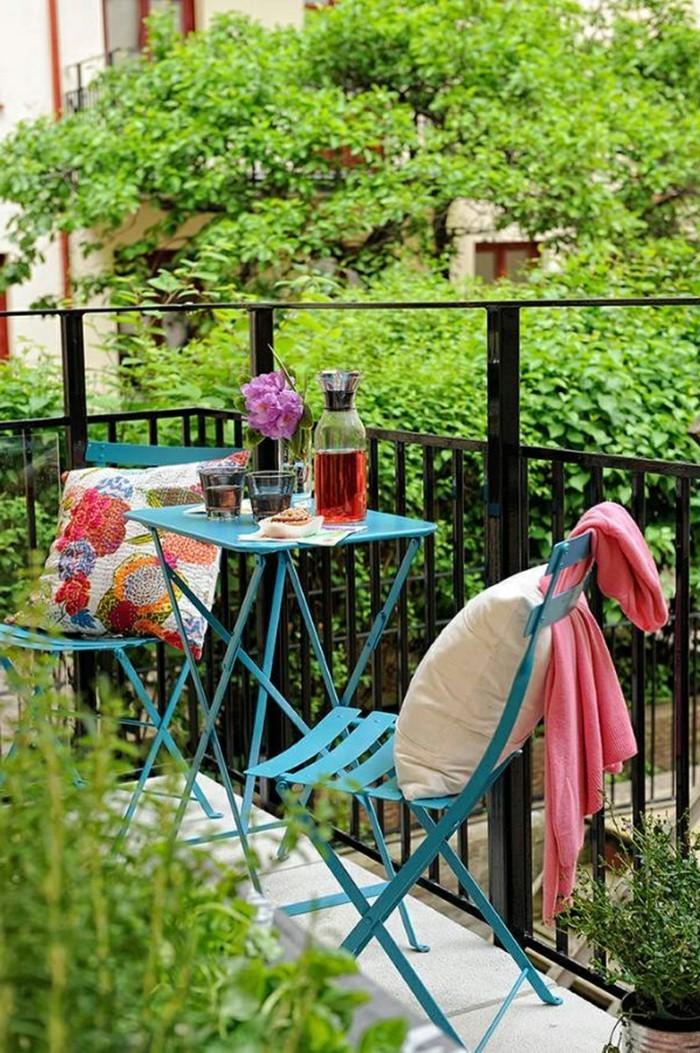 wohnungseinrichtung ideen kleiner balkon blaue balkonmoebel pflanzen
