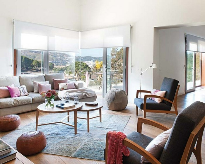 wohnzimmergestaltung vintage teppich hocker raffrollos