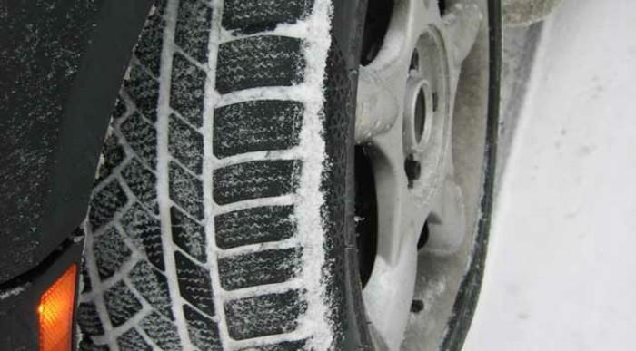 autopflege winterreifen autobatterie frostschutzmittel fahrzeugpflege reifenketten