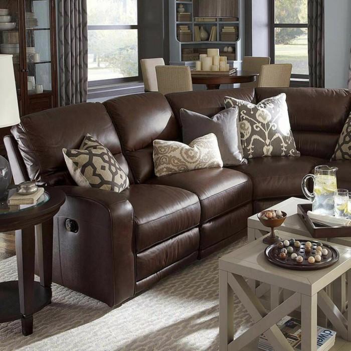 sofa stoff braunes ledersofa dekokissen eleganter teppich