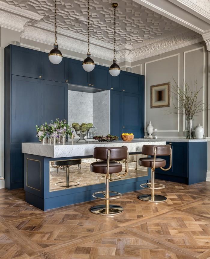 wohnidee kueche dekorative zimmerdecke schoener bodenbelag blaue einrichtung