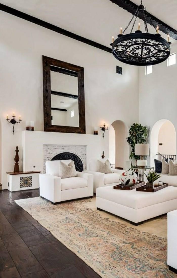 wohnideen wohnzimmer spanischer kolonialstil teppich holzboden weisse moebel spiegel