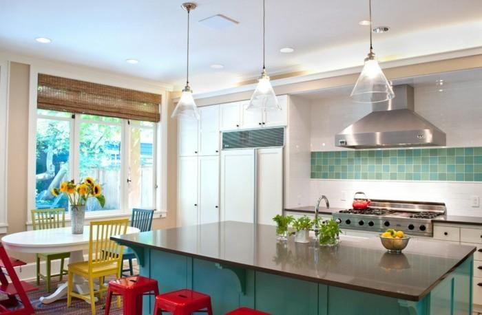 bunte küche einrichten rote hocker grüne kücheninsel