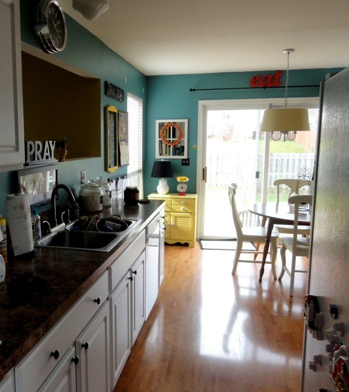 bunte küche gelbe kommode rote buchstaben grüne wandfarbe