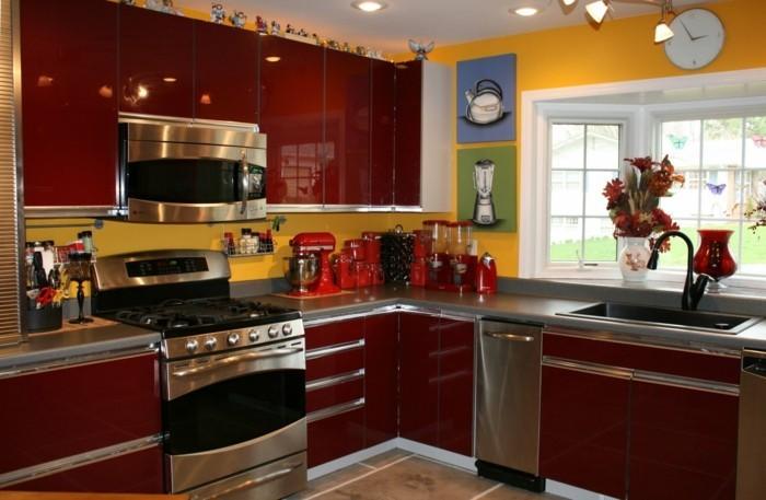 bunte küche gelbe wände dunkelrote küchenschränke schöne wandbilder