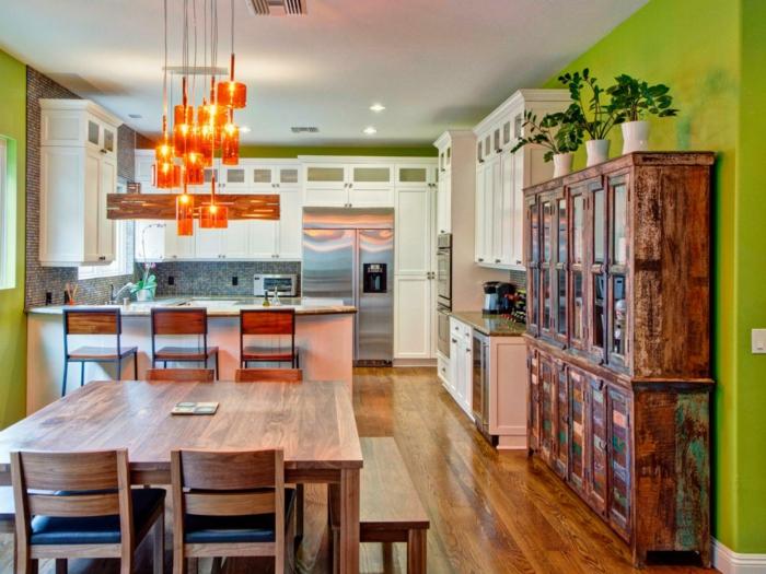 bunte küche grüne wandfarbe orange hängelampen holztisch