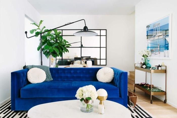 einrichtungsideen wohnzimmer einrichten ideen blaues sofa pflanzen weißer couchtisch streifenteppich