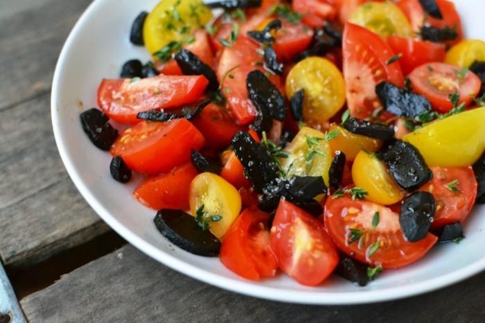 gesund leben tomaten salat schwarzer knoblauch superfood