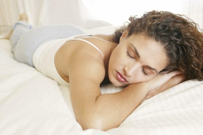 gesund schlafen bauchlage gesundheit tipps