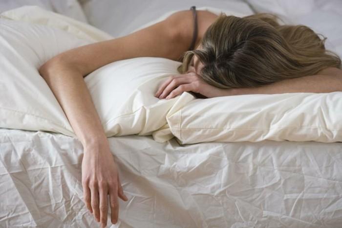 gesund schlafen welche schlafpositionen sind passend und welche nicht. Black Bedroom Furniture Sets. Home Design Ideas