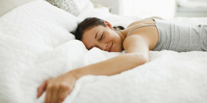 gesund schlafen tipps bauchlage