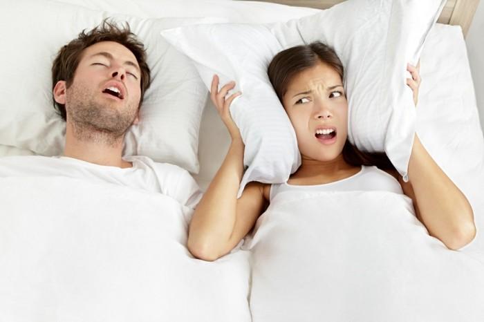 gesund schlafen tipps gesundheit rückenlage schnarchen