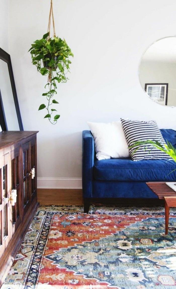 hochwertige inneneinrichtung wohnideen wohnzimmer blaues sofa farbiger teppich