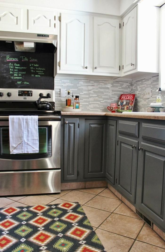 kücheneinrichtung farbiger teppichläufer bodenfliesen graue unterschränke