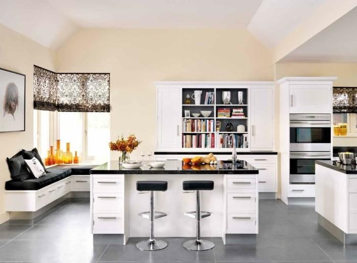 kücheneinrichtung freistehnede kücheninsel farbige dekovasen raffrollos hellgraue bodenfliesen