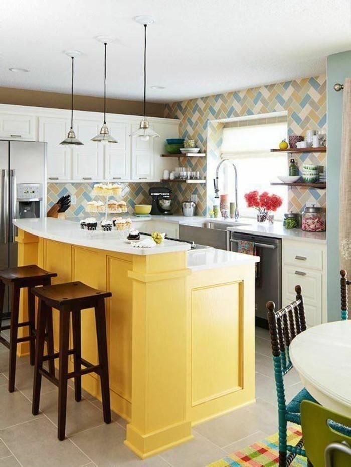kücheneinrichtung gelbe kücheninsel farbige wandfliesen bunter teppich