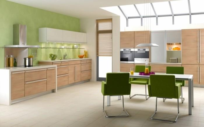 kücheneinrichtung grüne stühle helle bodenfliesen holztexturen