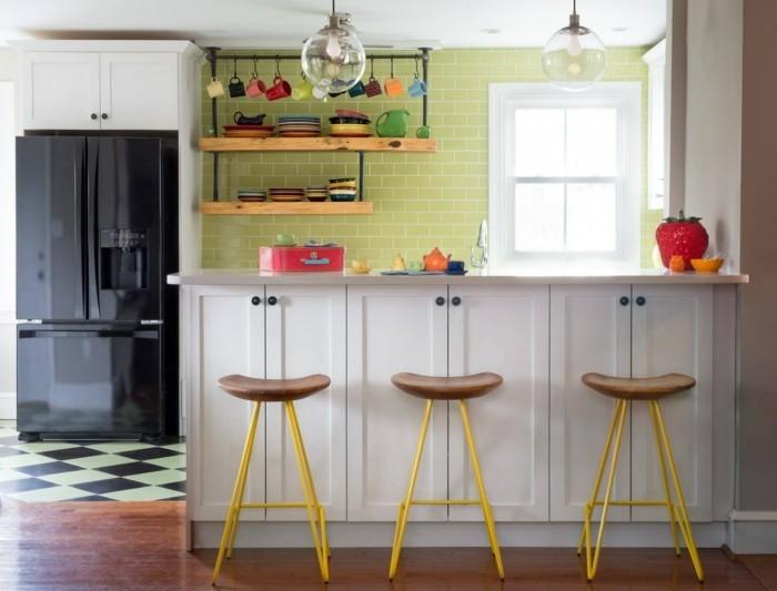 kücheneinrichtung grüne wandfliesen farbige akzente