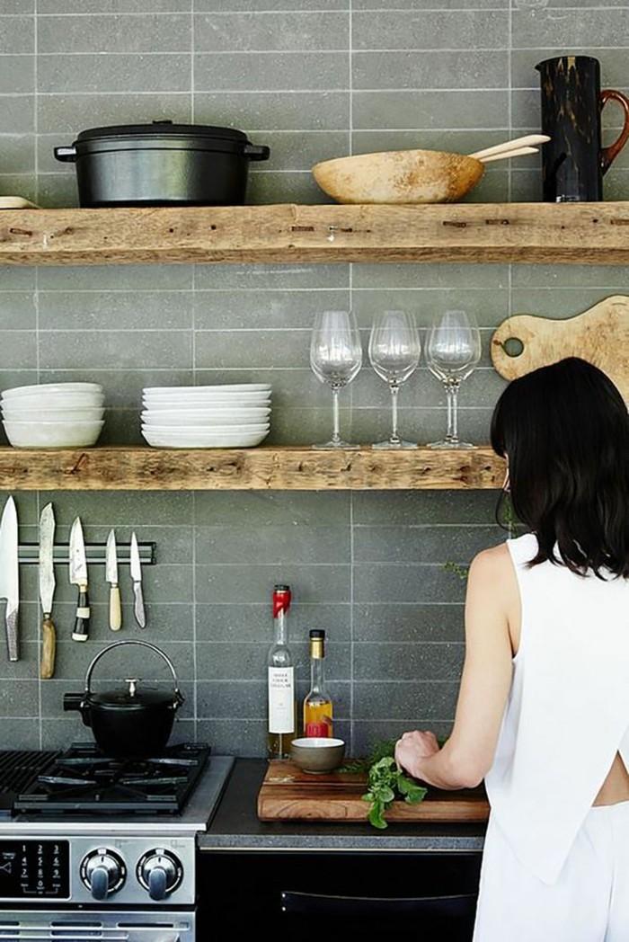 kücheneinrichtung hölzerne akzente graue wandfliesen