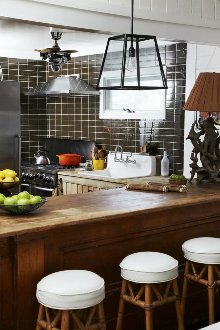 kücheneinrichtung holzakzente schwarze wandfliesen