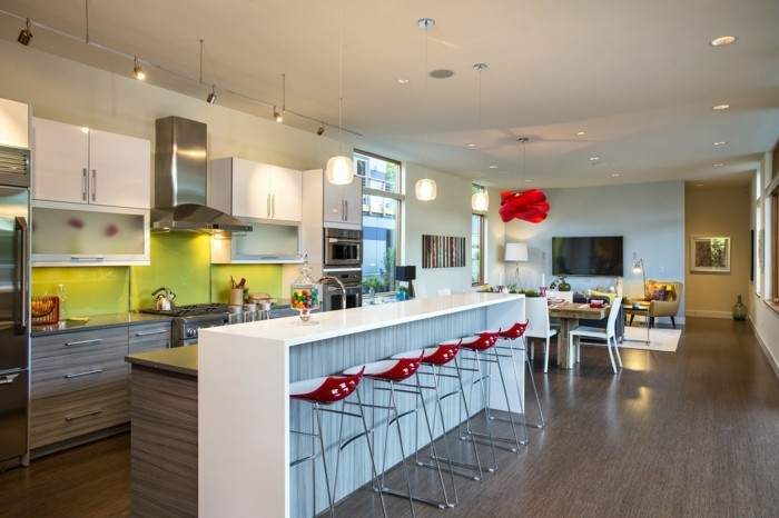 kücheneinrichtung rote barhocker weiße kücheninsel grüne küchenrückwand