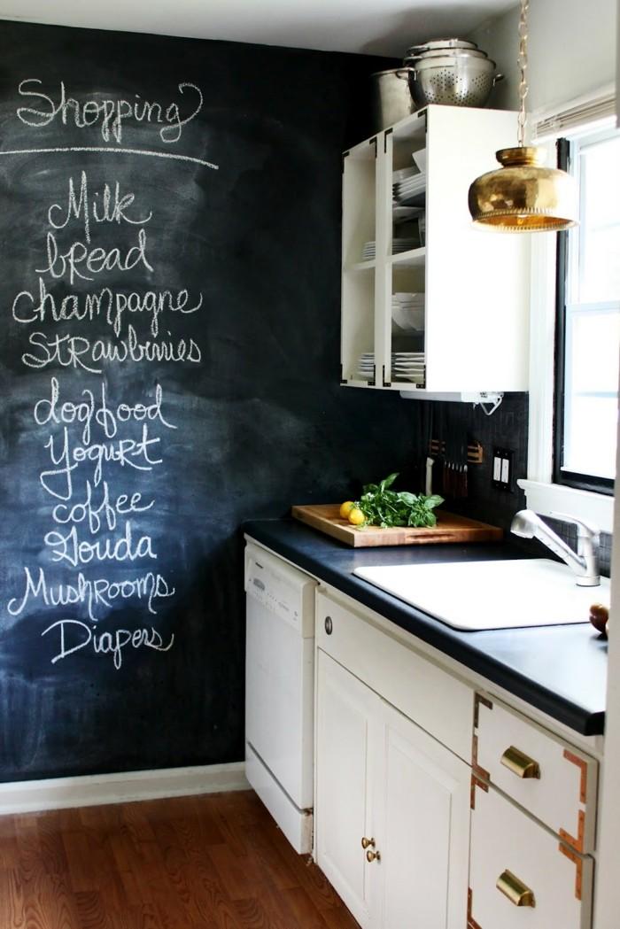 kücheneinrichtung schwarze wandtafel weiße küchenschränke