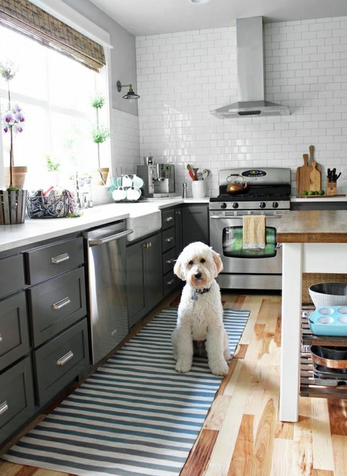 kücheneinrichtung streifenteppich graue küchenschränke