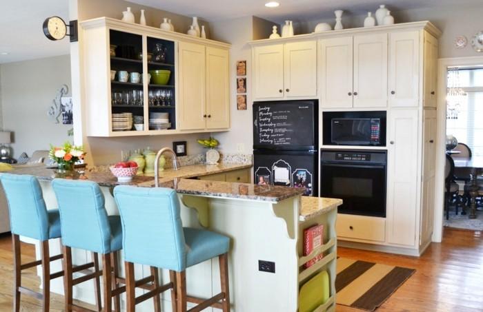 kücheneinrichtung teppichläufer blaue hocker
