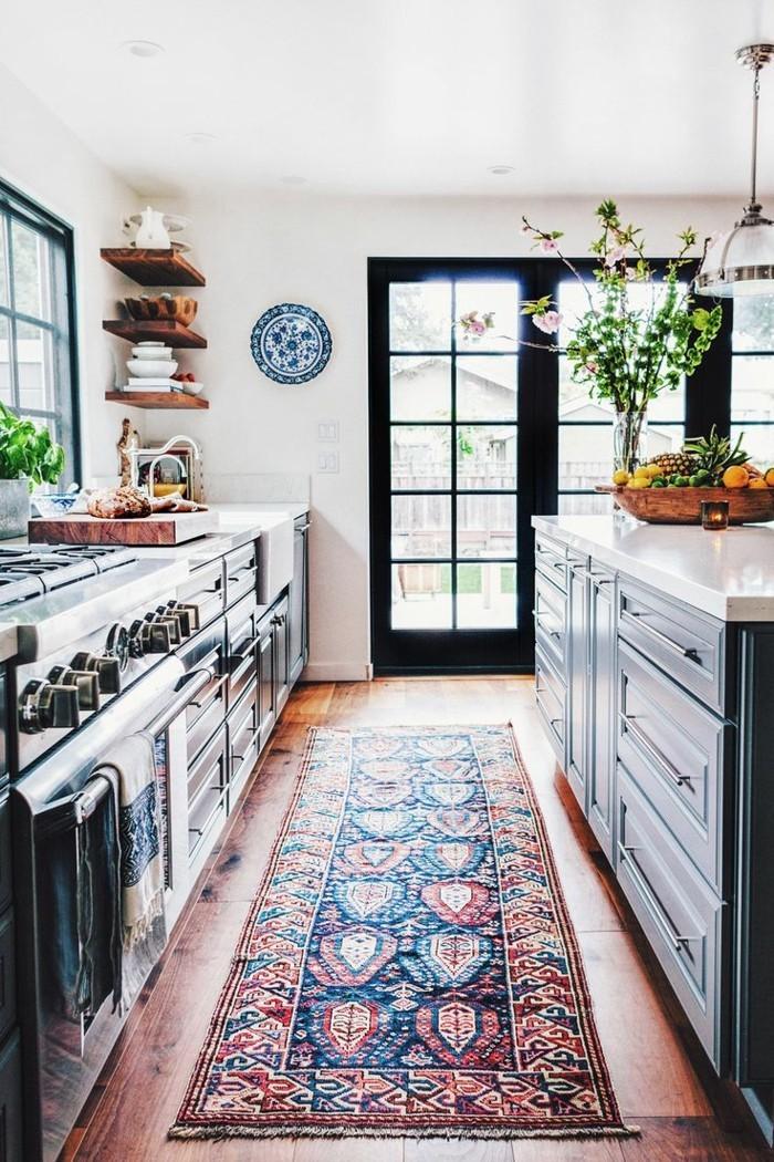 kücheneinrichtung teppichläufer holzboden offene wandschränke