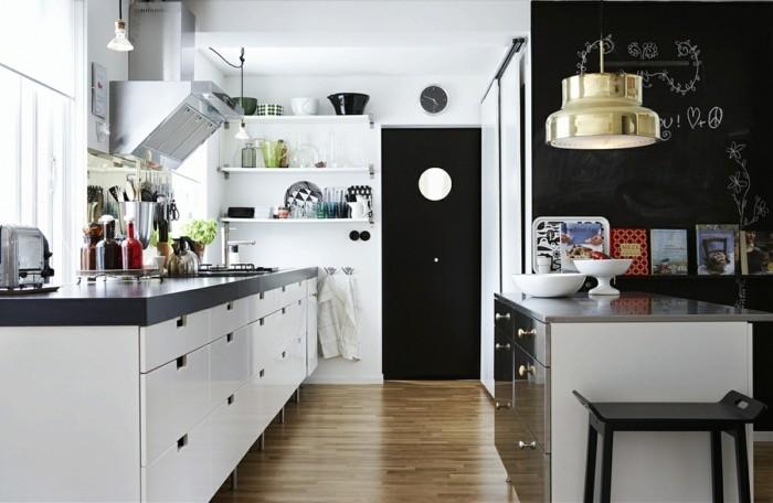 kücheneinrichtung weiße küchenschränke schwarze akzentwand holztexturen
