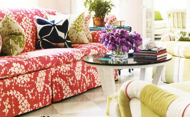 möbel-bunt-florales-muster-wohnideen-wohnzimmer-farbiges-sofa