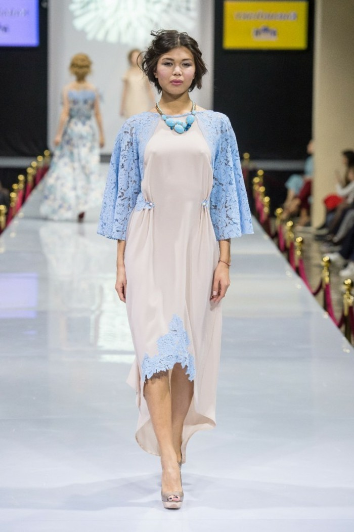 moderne kleider helle nuancen damenmode trends kollektionen auffaellig trendige farben
