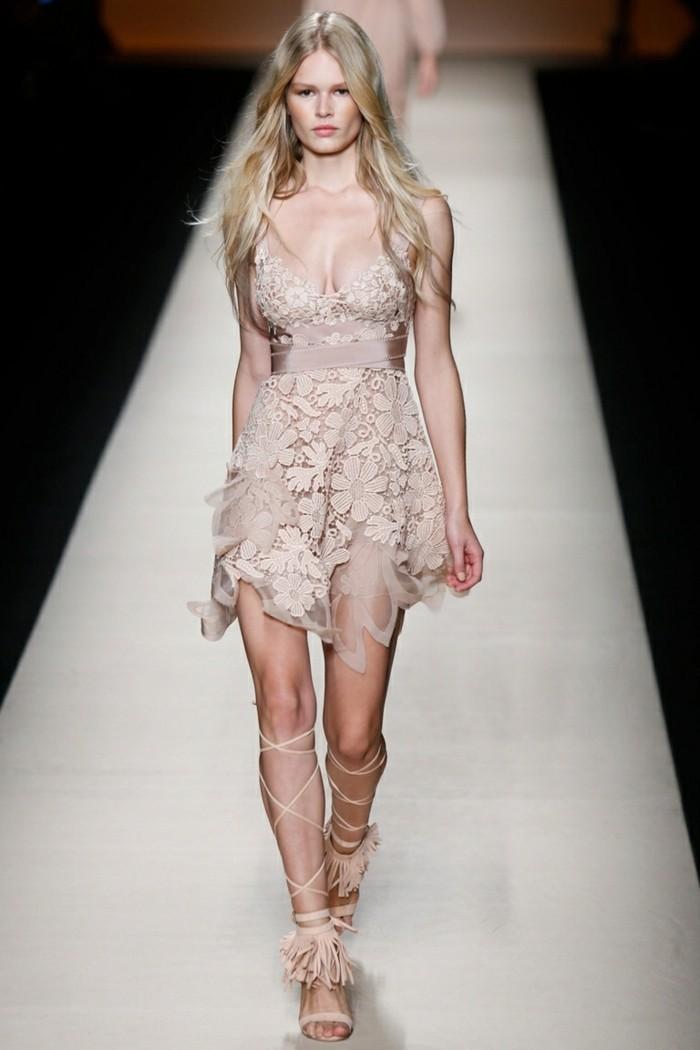 moderne kleider helle nuancen neujahr damenmode trends kollektionen farbenkombination