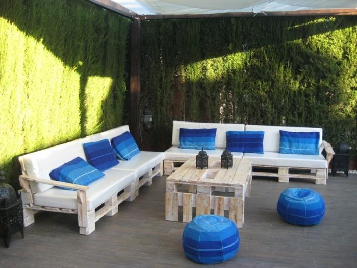 palettenmöbel ideen wanddekoration europaletten couchtisch sofas poufs