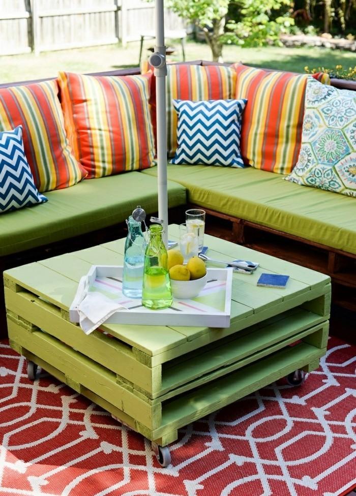 palettenmöbel ideen wanddekoration europaletten couchtisch terrassenmöbel teppich kissen sofa