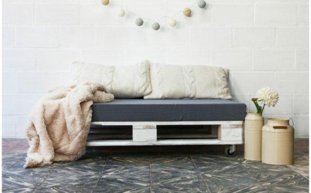 palettenmöbel-ideen-wanddekoration-europaletten-sofa-kissen-filzgirlande-kannen