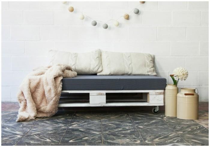 palettenmöbel ideen wanddekoration europaletten sofa kissen filzgirlande kannen
