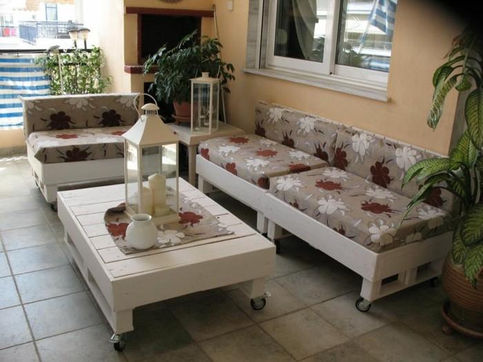 palettenmöbel ideen wanddekoration europaletten weiß couhtisch sofa laterne
